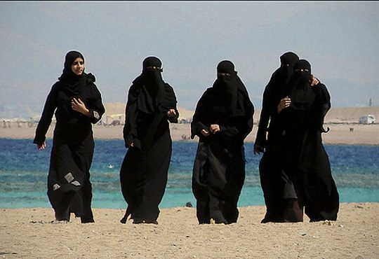 Арабские женщины в абаях