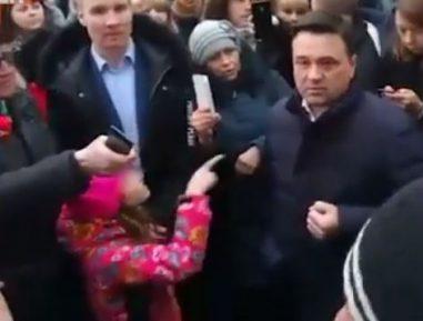 Девочка взорвала Сеть, показав губернатору Подмосковья жест, имитирующий перерезание горла (ВИДЕО)