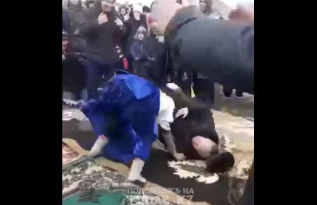 Две пожилые казашки сошлись на борцовском ковре во время празднования Навруза