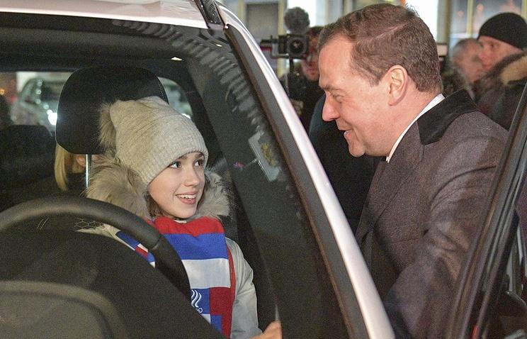 Премьер-министр РФ Дмитрий Медведев и Алина Загитова. Фото: ТАСС