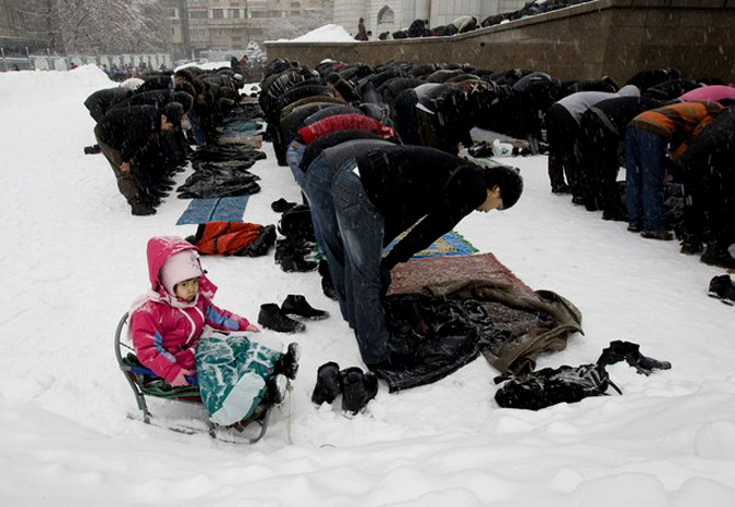 Muslims attend Friday prayers under a snowfall at the Central mosque in Almaty February 5, 2010. A vast region wedged between China, Iran, Afghanistan and Russia, Central Asia found itself on the frontline of global affairs last year when it agreed to host a vital new supply route for NATO forces fighting the Taliban in Afghanistan. Gripped by deepening gloom about economic stagnation and poverty, the mainly Muslim but secular region has become increasingly susceptible to extremist ideas in past years. Picture taken February 5, 2010. To match analysis CENTRALASIA-SECURITY/   REUTERS/Shamil Zhumatov  (KAZAKHSTAN - Tags: RELIGION POLITICS)