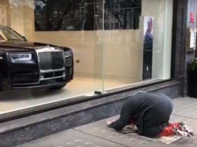 Чичваркин совершил необычный намаз на улице Лондона (ВИДЕО)