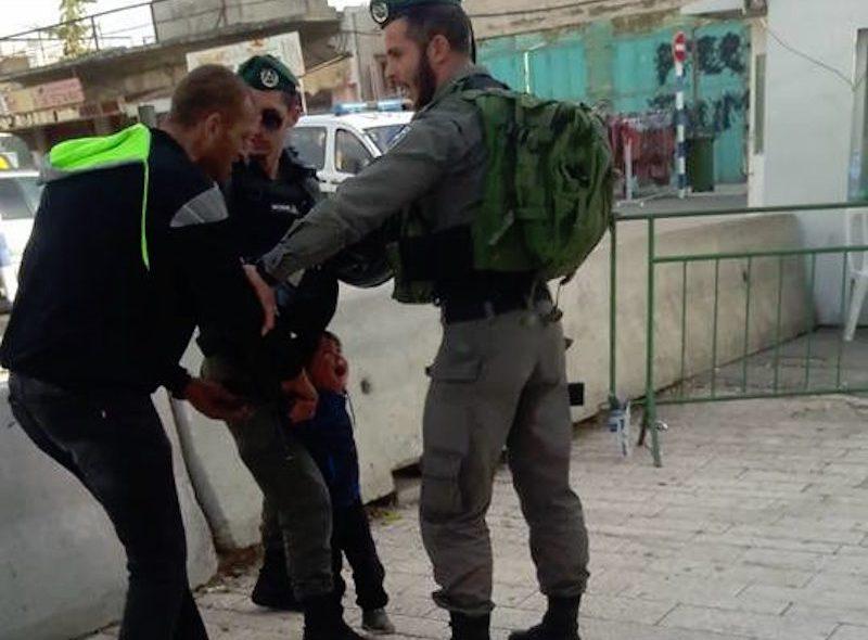 В соцсетях возмущены действиями израильских солдат над трехлетним палестинцем (ВИДЕО)