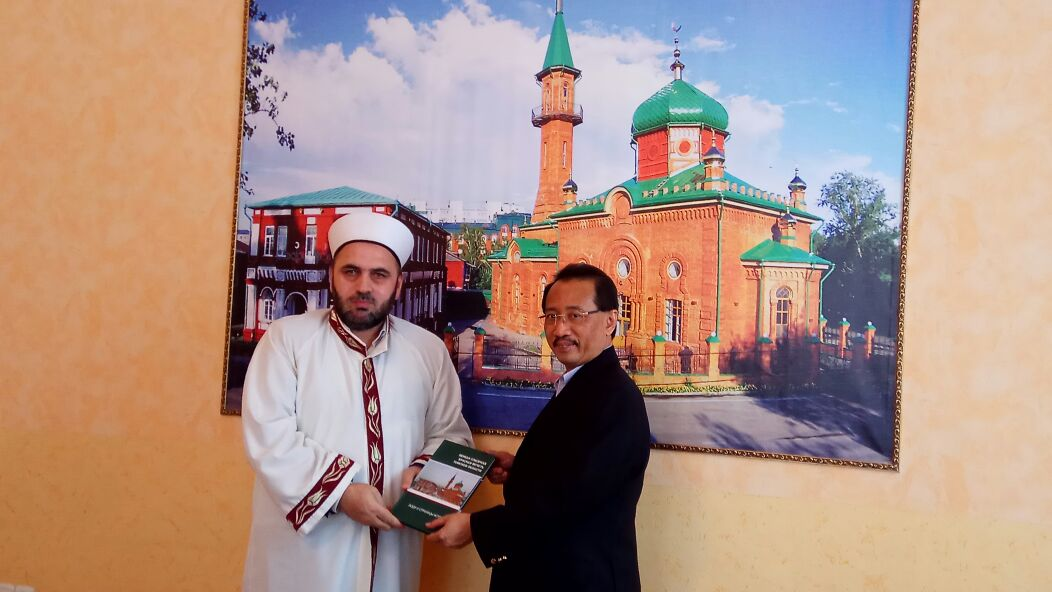 Муфтий  подарил послу буклет о мусульманах Томска