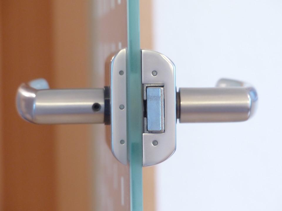 Преимущества использования радвижных дверей