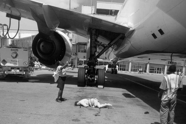 В Африке стюардессу Emirates подвела роковая дверь (18+)