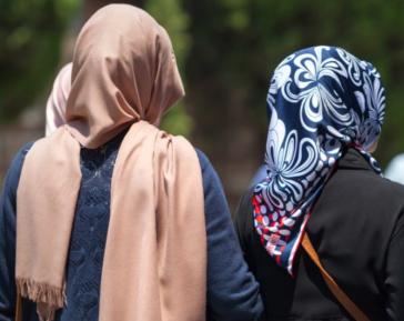 Две мусульманки преподали силовикам жесткий урок о хиджабе