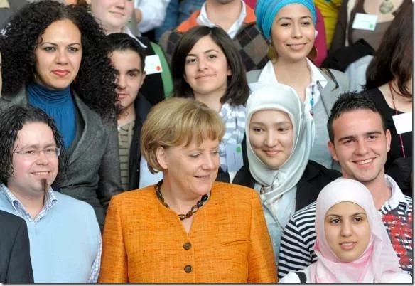 Меркель в окружении новых граждан Германии