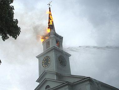 Молния ударила по церкви: много жертв и пострадавших