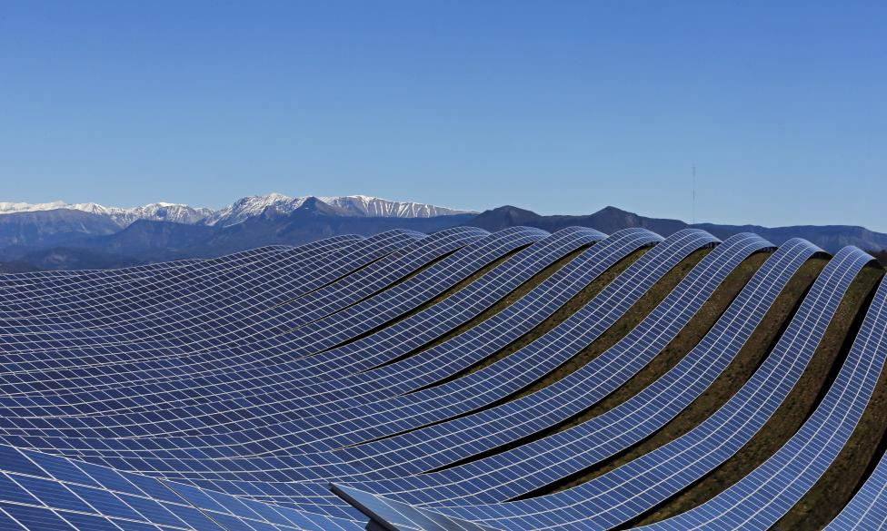 Большой парк солнечных батарей на юге Франции