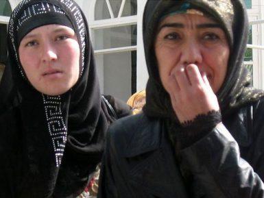 Черный хиджаб, галоши и декольте. Таджичкам сказали, как одеваться