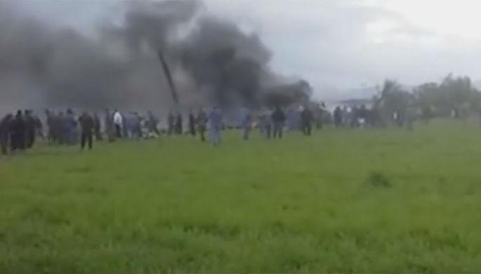 Появились кадры с места крушения в Алжире самолета с 200 пассажирами