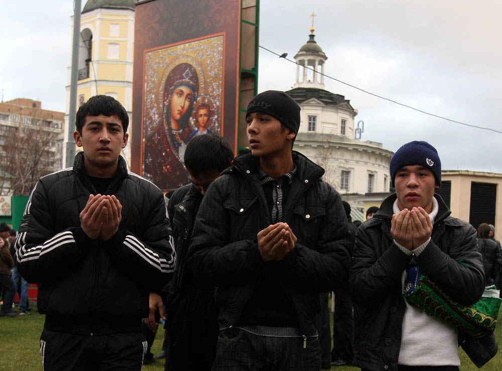 Мигранты в России испытывают культурный шок, утверждают эксперты