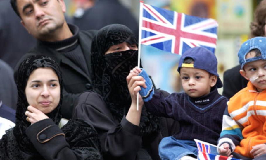 Глава МВД Британии ушла в отставку из-за позора с мигрантами