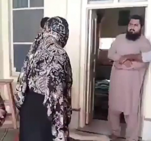 Пакистанка палкой перевоспитала муллу-извращенца (ВИДЕО 18+)