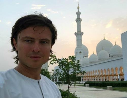 Прохор Шаляпин во время посещения мечети в Абу-Даби (Фото: инстаграм музыканта)