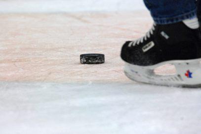 Как следует выбирать хоккейные коньки?