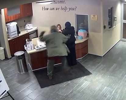 Девушку в хиджабе избили в приемном покое больницы (ВИДЕО)