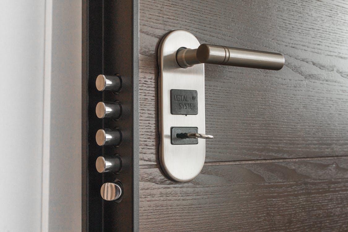 Особенности выбора хороших входных дверей для загородных домов