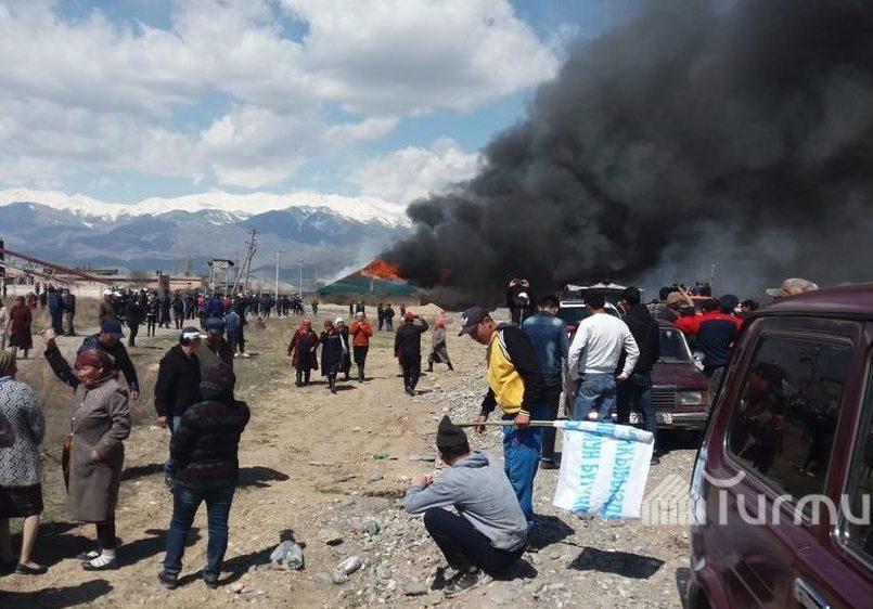 Жители Киргизии разгромили китайскую золотодобывающую фабрику (ВИДЕО)