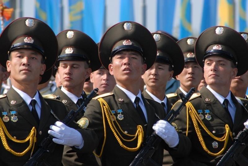 """Узбекские военные произвели фурор в метро танцами под """"Катюшу"""" (ВИДЕО)"""