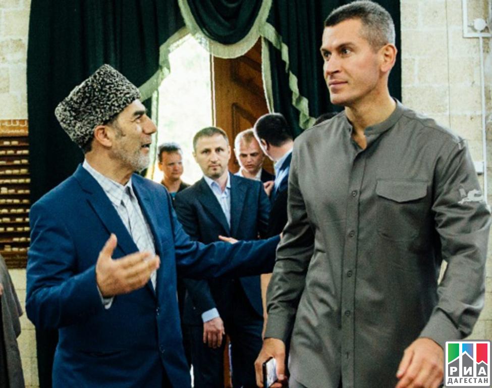 Зиявудин Магомедов (справа) в соборной мечети Дербента, которой он подарил новое ковровое покрытие (Фото: РИА