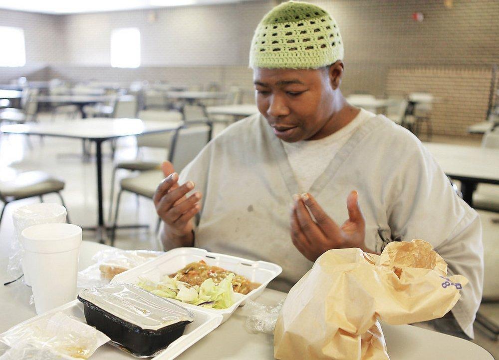 Суд на Аляске запретил кормить заключенных-мусульман свининой