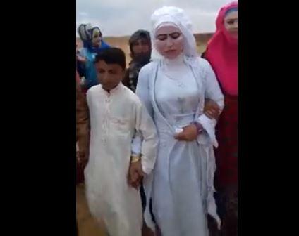 На свадьбе мальчик сиял от счастья
