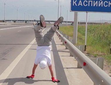 Тряхнул стариной. Пожилой дагестанец прошел на руках от Каспийска до Махачкалы (ВИДЕО)