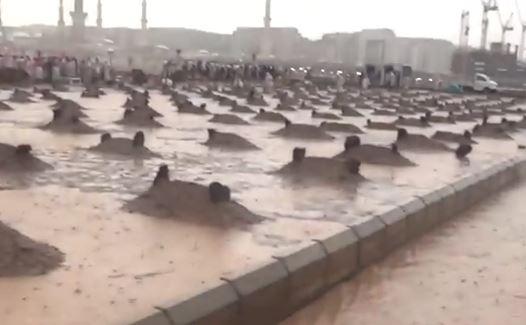 Ливень залил мечеть Пророка (ВИДЕО)