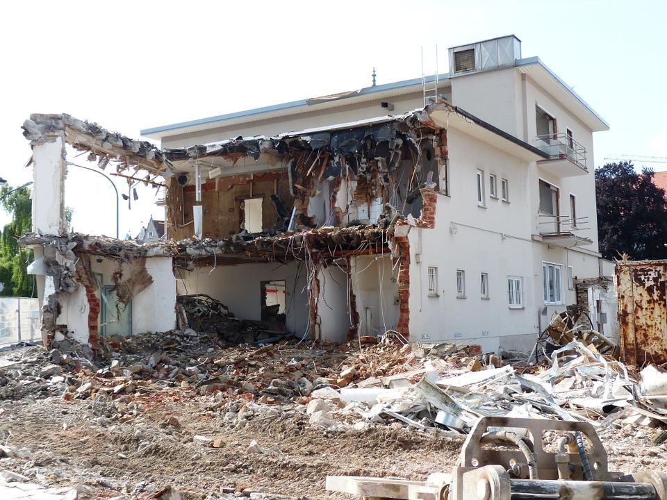 Каким образом осуществляется снос и демонтаж устаревших зданий?