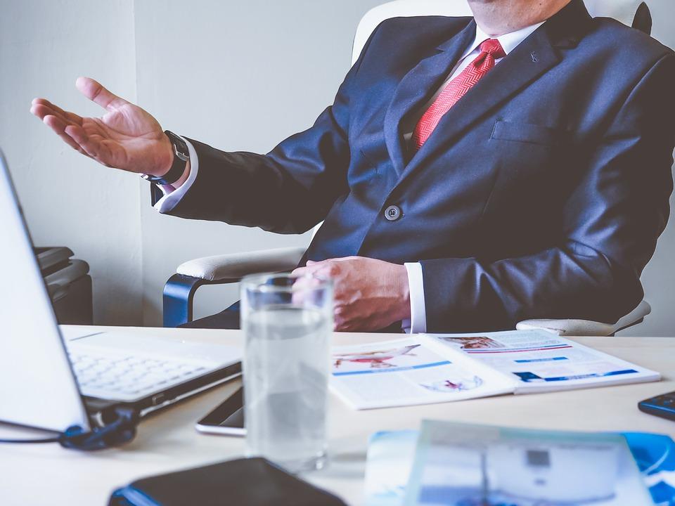 Какой должна быть уместная мебель для кабинета руководителя организации?