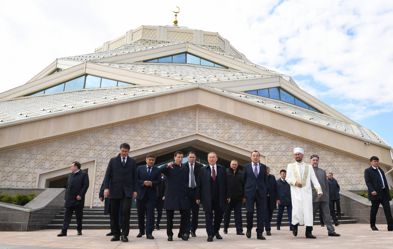 Назарбаев посетил инновационную мечеть в Астане