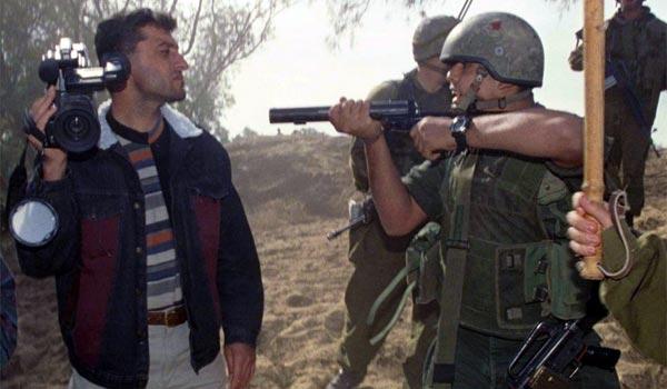 Израильский солдат нацелился на безоружного журналиста