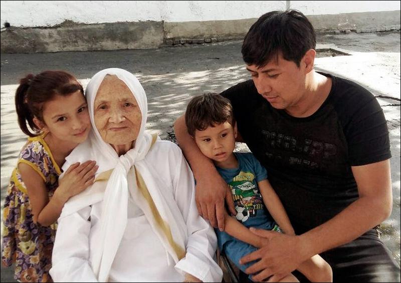 Зебунисо Ахмедова с сыном и внуками