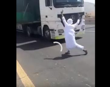 Безрассудное трюкачество саудовца на дороге вызвало гнев в соцсетях (ВИДЕО)