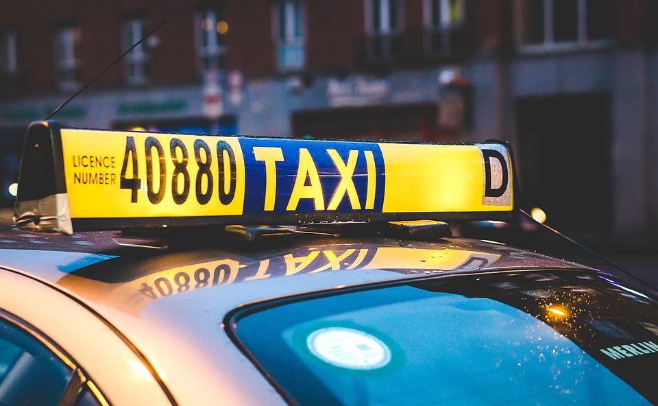 Почему удобно использовать услуги такси для поездки до аэропорта?