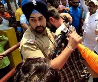 Храбрый полицейский спас мусульманина от ярости радикальных индуистов (ВИДЕО)