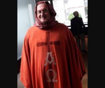 Священник произвел фурор, надев хиджаб поверх рясы