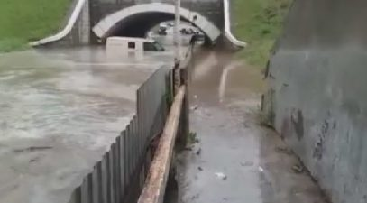 После дождичка: инкассаторская машина вместе с миллионами ушла на дно огромной лужи