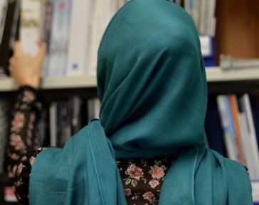 Учительница в хиджабе отказалась от телесного контакта с отцом ученика – чем это обернулось