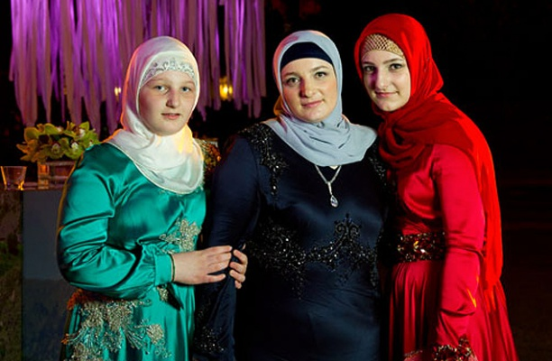 Медни Кадырова с дочерьми