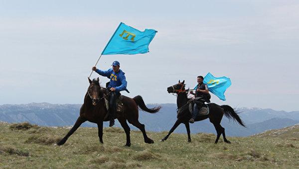 Крымские татары с национальными флагами