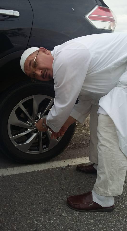 Муфтий Бибарсов осуществляет ремонт машины