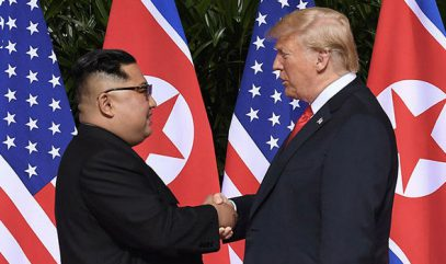 """Трамп показал Ким Чен Ыну своего """"Зверя"""" и несколько раз пожал руку (ВИДЕО)"""