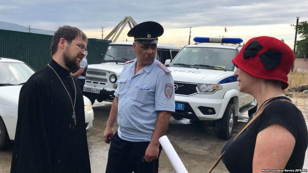 Активистка приехала в парк, чтобы поговорить со служителями церковного культа. Фото: kavkazr.com