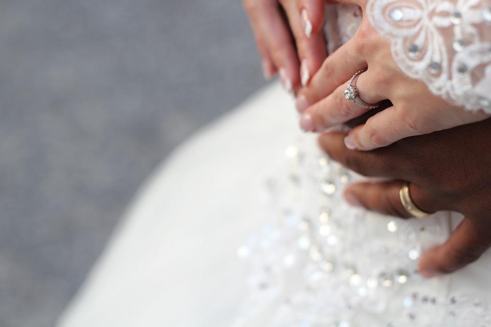 Особенности выбора подходящего свадебного салона