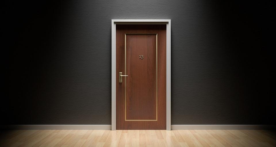 Какие материалами можно обшивать двери?