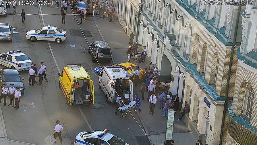 Наезд таксиста на толпу пешеходов в центре Москвы попал на видео
