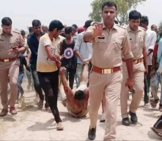 Полицейские во главе толпы линчующих мусульманина вызвали народный гнев